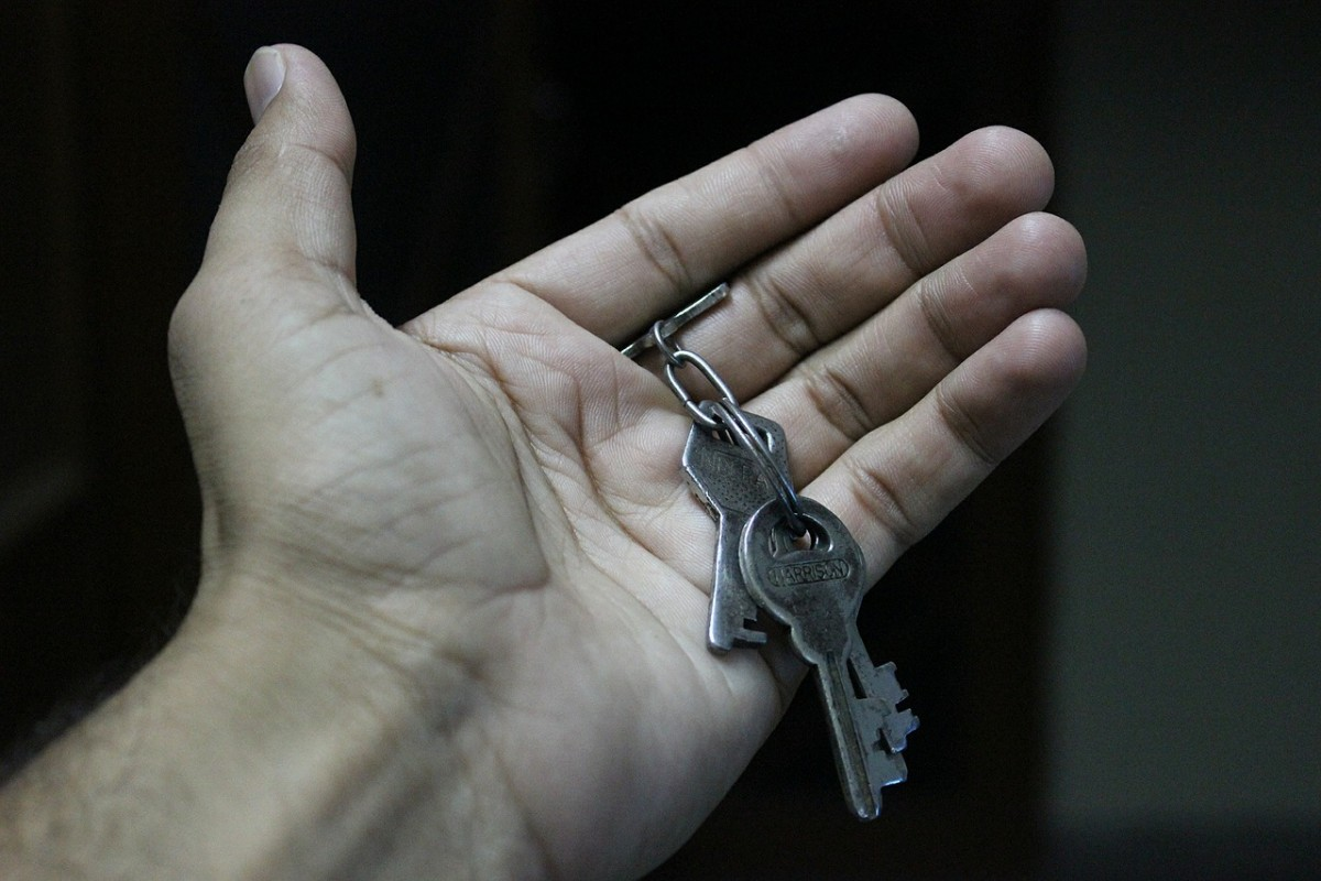 """The Fair Tenant Screening Act would help put housekeys in the hands of people who are experiencing homelessness. Image from <a href=""""http://pixabay.com/en/keys-hand-open-chain-bunch-metal-452889/"""" target=""""_blank"""">Pixabay.com</a>."""